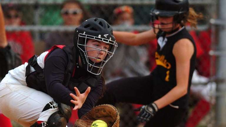 Plainedge's Taylor Curran catches a throw to the