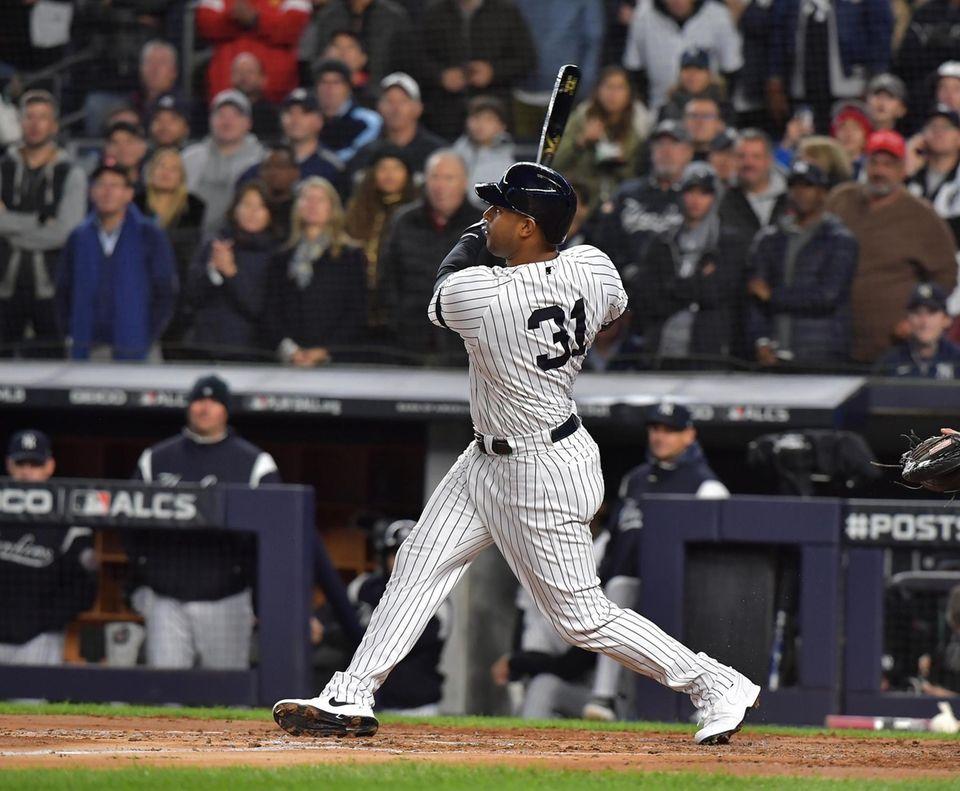 New York Yankees Aaron Hicks (31) smacks a