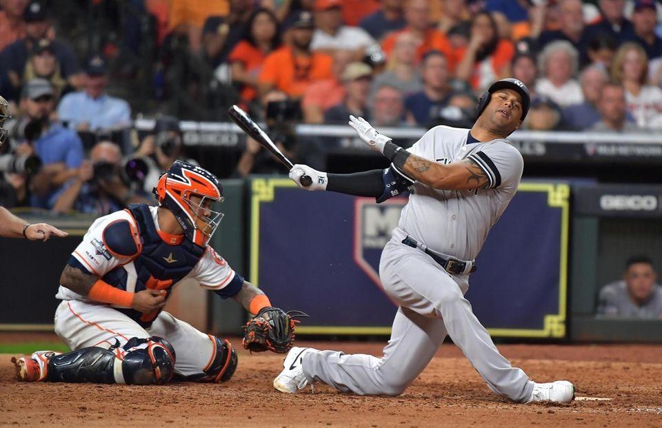 New York Yankees Aaron Hicks (31) swings an