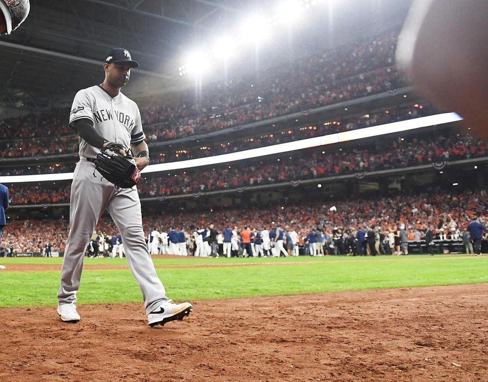 New York Yankees Aaron Hicks (31) walks off