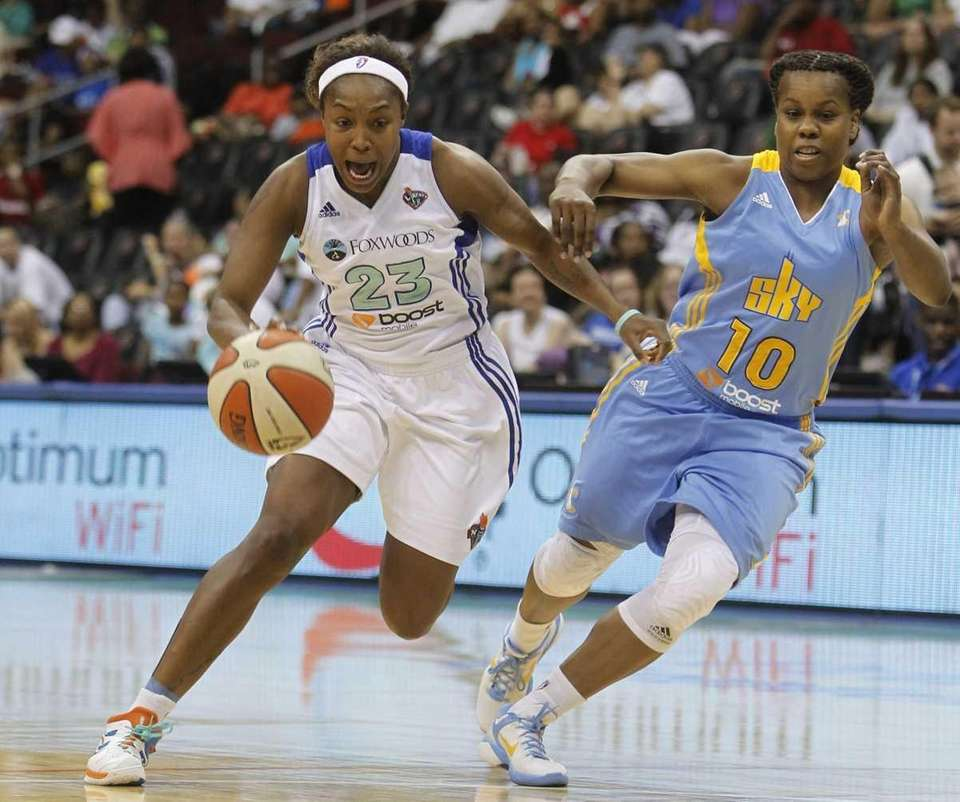 New York Liberty (23) Cappie Pondexter drives past