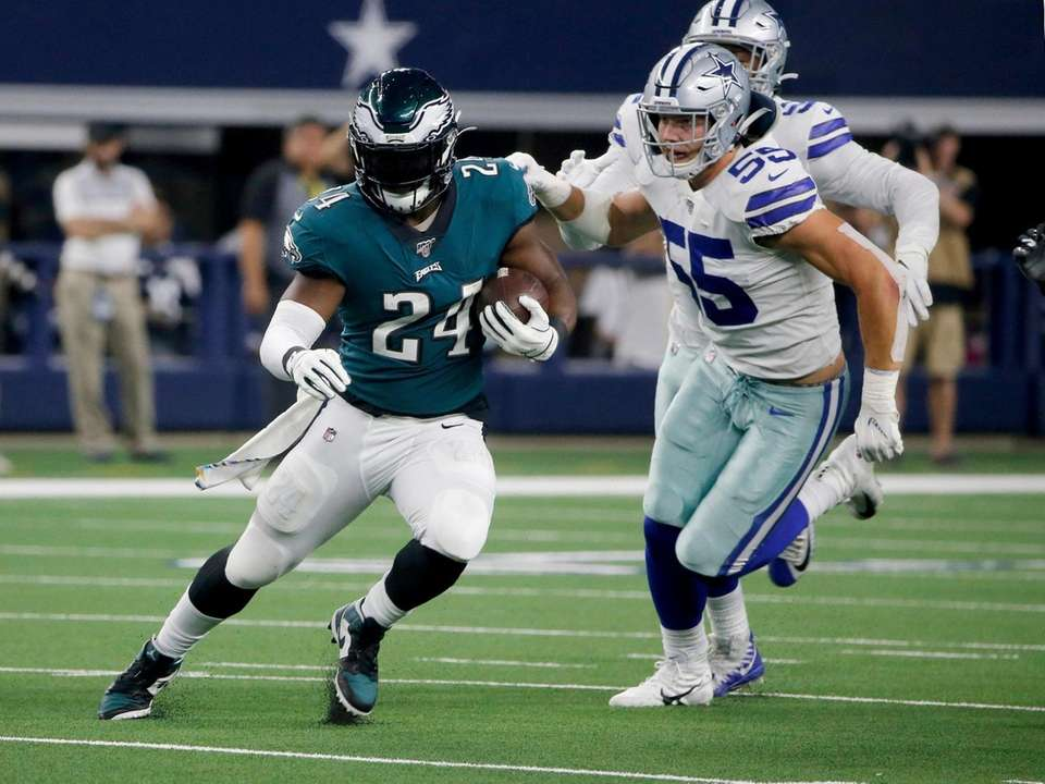 Philadelphia Eagles running back Jordan Howard runs the