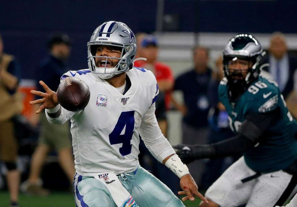 Dallas Cowboys' Dak Prescott pitches the ball out