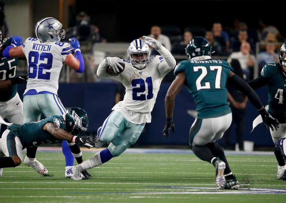 Dallas Cowboys tight end Jason Witten blocks for