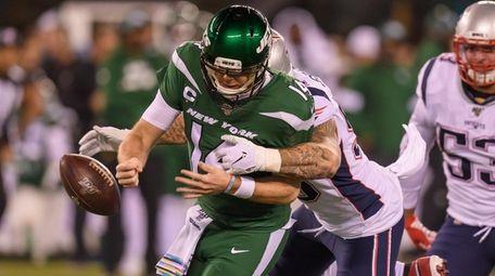 New York Jets quarterback Sam Darnold (14) loses