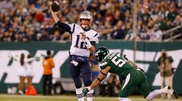 Tom Brady of the New England Patriots throws