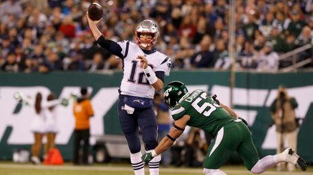 Tom Brady of the New England Patriots throws