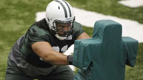 Jets defensive tackle Sione Pouha #91 hits a