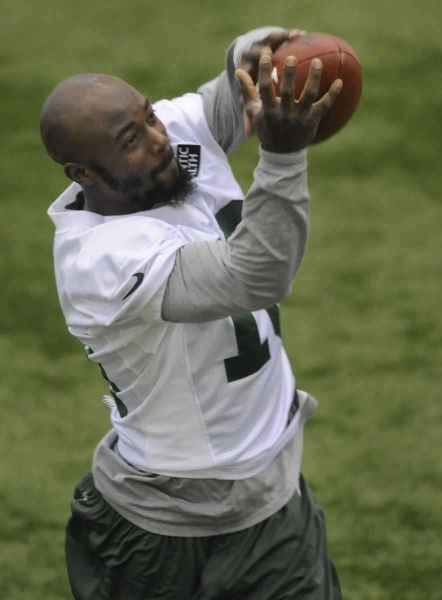 Jets wide receiver Santonio Holmes #10 catches a
