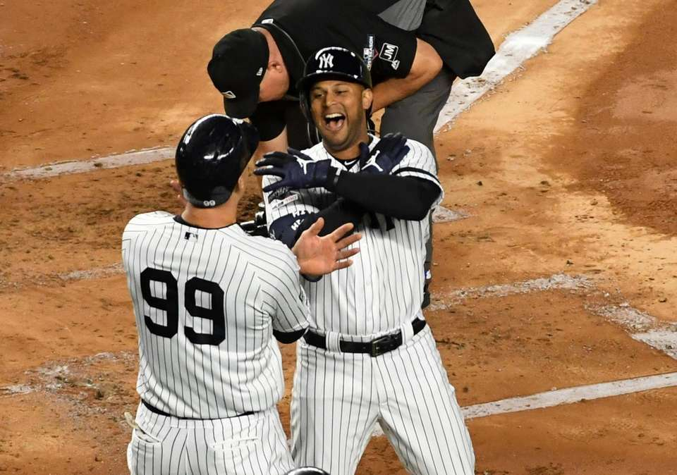 New York Yankees Aaron Hicks (31) smacks a