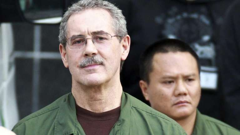 R. Allen Stanford, center, leaves a federal courthouse