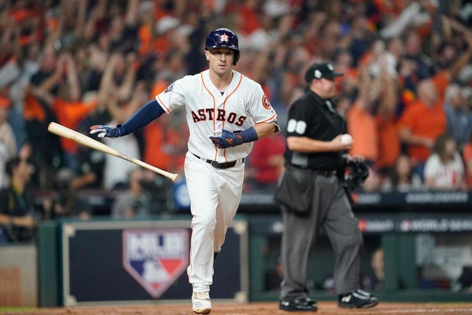 Alex Bregman de los Astros de Houston golpea una casa de dos carreras