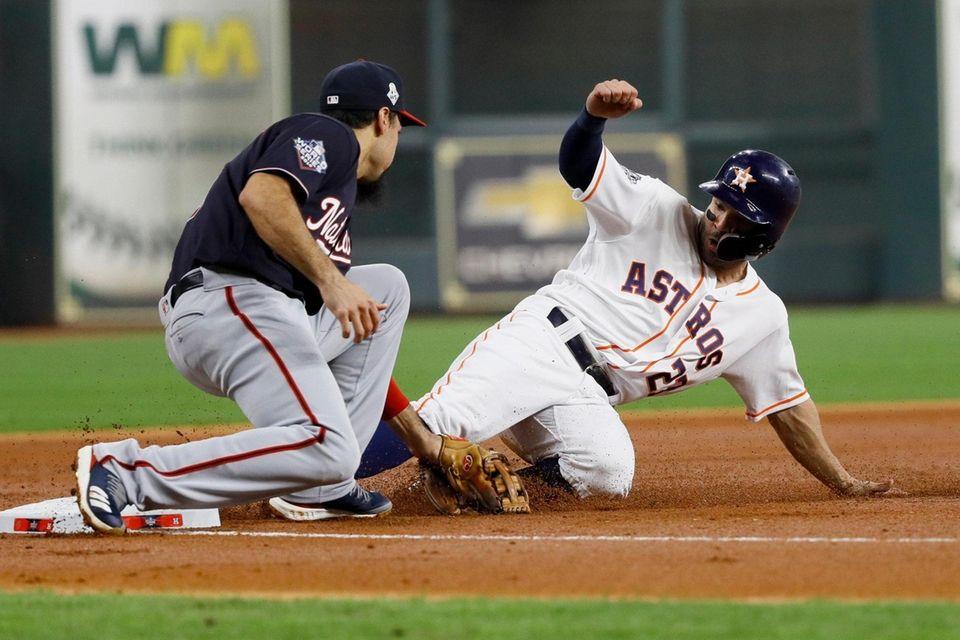 José Altuve de los Astros de Houston, a la derecha, es expulsado