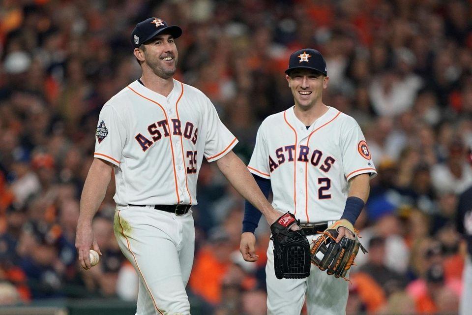 El lanzador titular de los Astros de Houston, Justin Verlander, se ríe después de