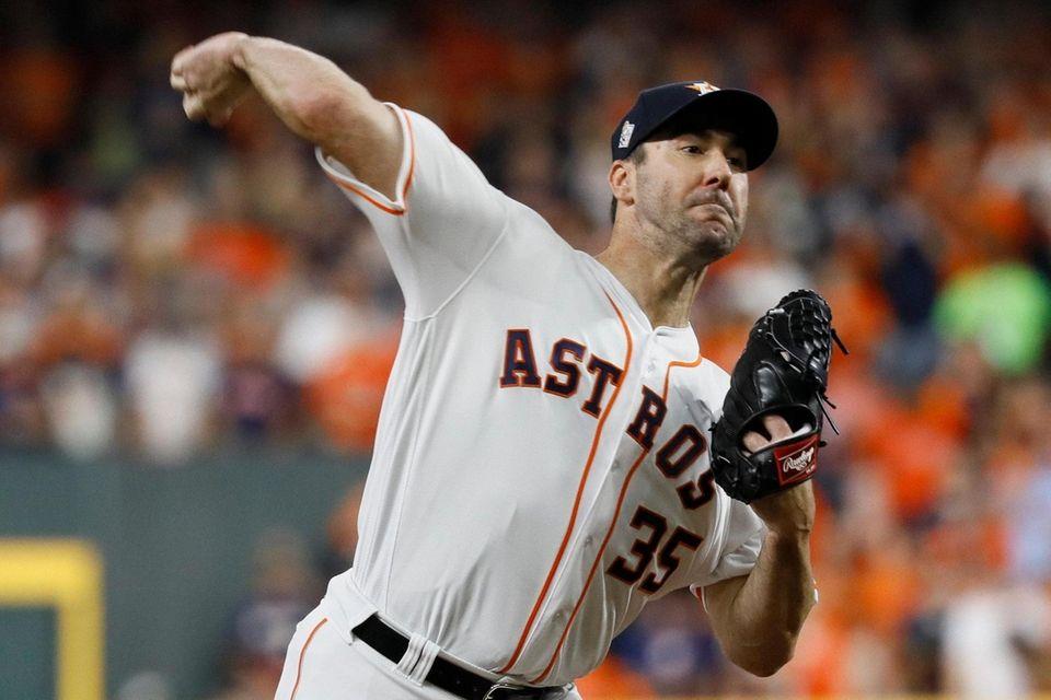 El lanzador titular de los Astros de Houston, Justin Verlander, lanza contra