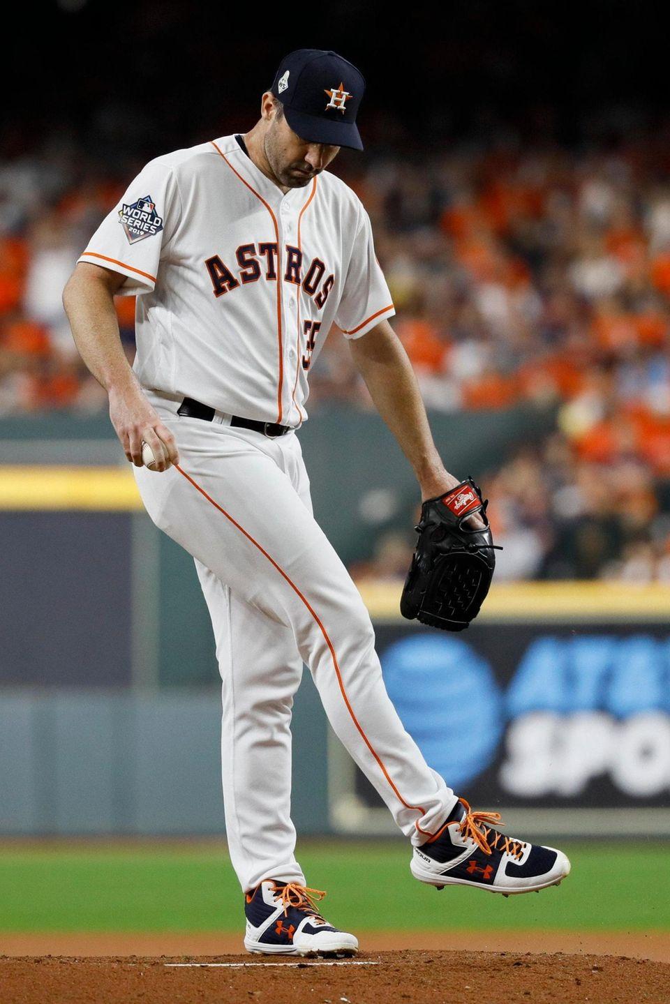 El lanzador titular de los Astros de Houston, Justin Verlander, patea el
