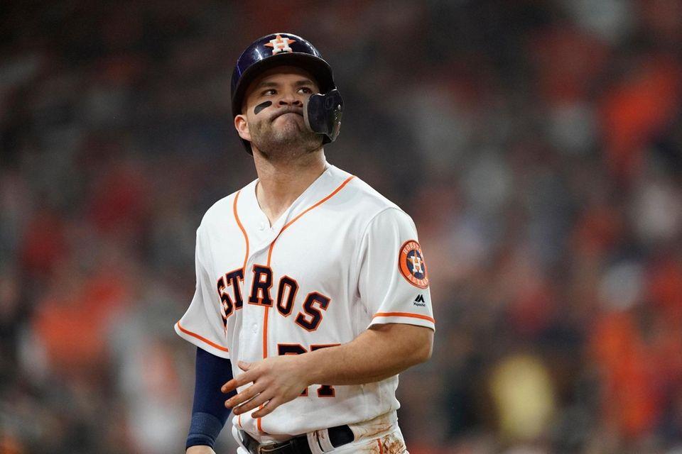 José Altuve de los Astros de Houston reacciona después de ser arrojado
