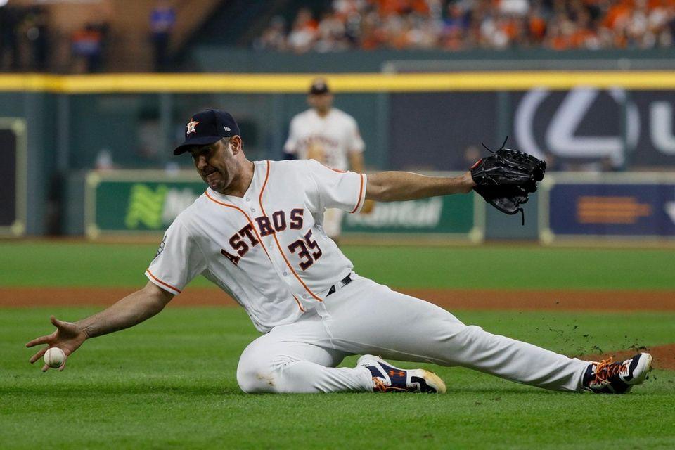 El lanzador titular de los Astros de Houston, Justin Verlander, intenta