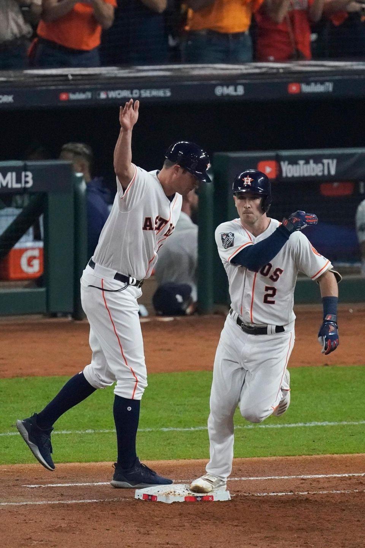 Alex Bregman de Houston Astros es felicitado por primera vez