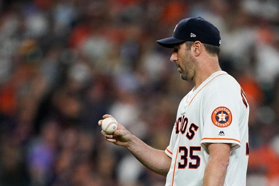 El lanzador titular de los Astros de Houston, Justin Verlander, mira