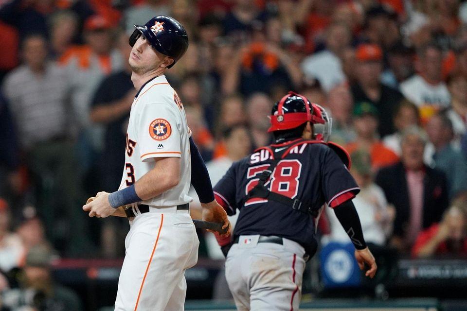 Kyle Tucker de los Astros de Houston reacciona después de ponchar