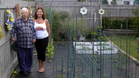 Tomato Challenge contestant Janet Hart with her father,