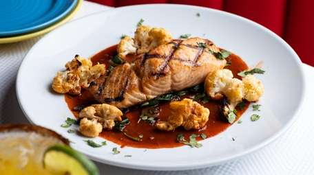 Grilled filet of salmon manchamantales with sweet fruit