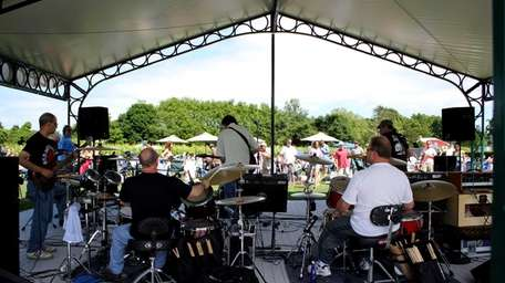 Music and outdoor eating at Jamesport Vineyards in