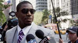New Orleans Saints linebacker Jonathan Vilma arrives at