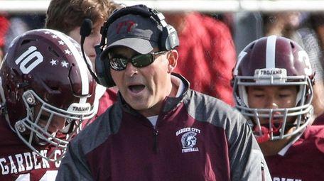 Garden City head coach David Ettinger calls in