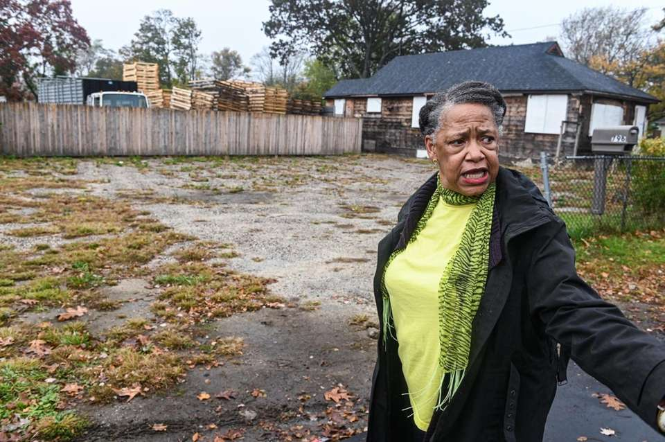 Longtime Amityville resident Margie Bloome describes the sight
