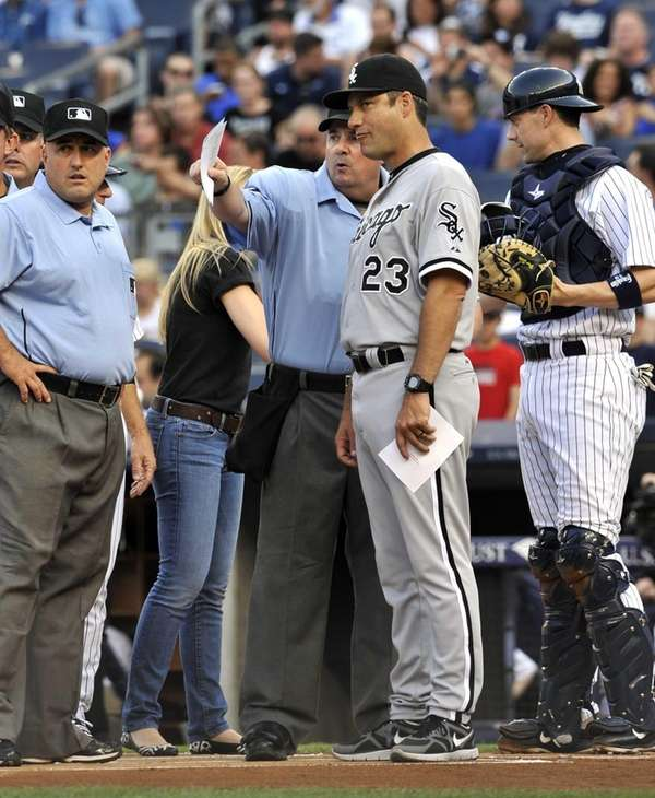 White Sox manager Robin Ventura goes over the
