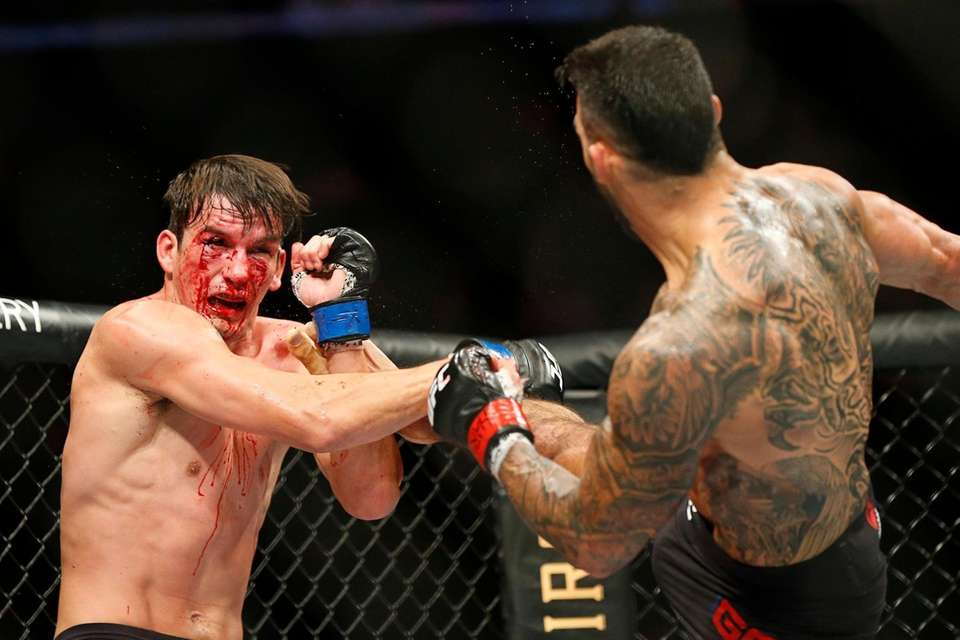 Lyman Good (red gloves) fights against Chance Rencountre