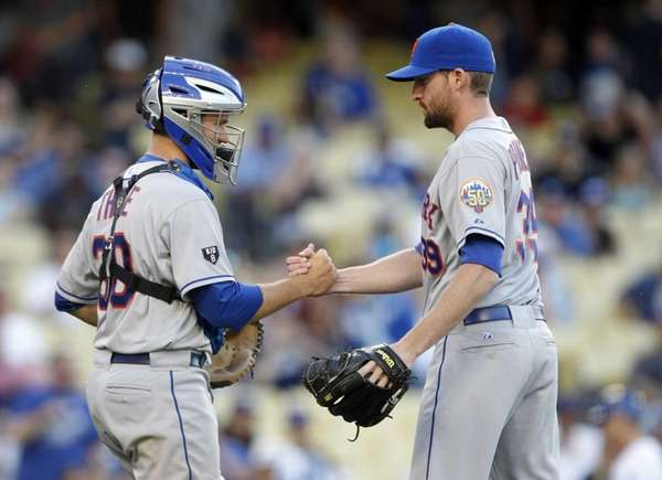 Josh Thole congratulates Bobby Parnell, right, after defeating