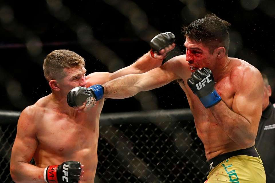 Stephen Thompson (red gloves) fights against Vicente Luque