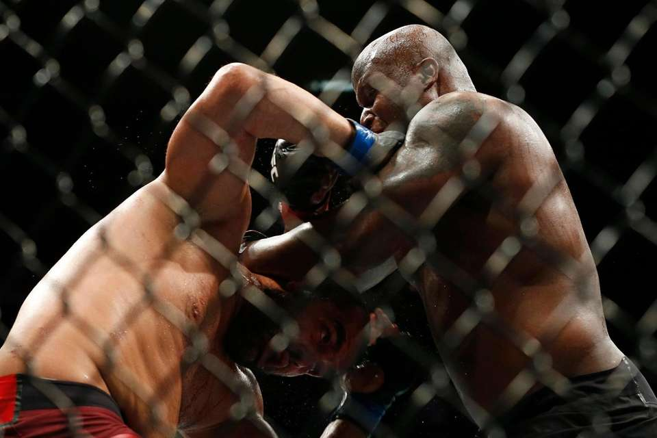 Derrick Lewis (red gloves) fights against Blagoy Ivanov