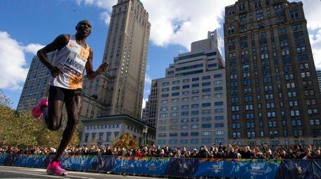 Geoffrey Kamworor, of Kenya, leads the professional men's