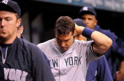 New York Yankees first baseman Mark Teixeira, center,