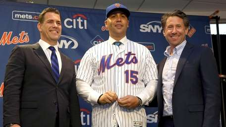 Mets manager Carlos Beltran, center, poses for a