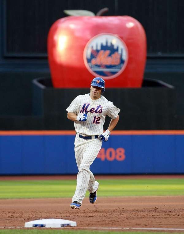 Scott Hairston of the New York Mets rounds