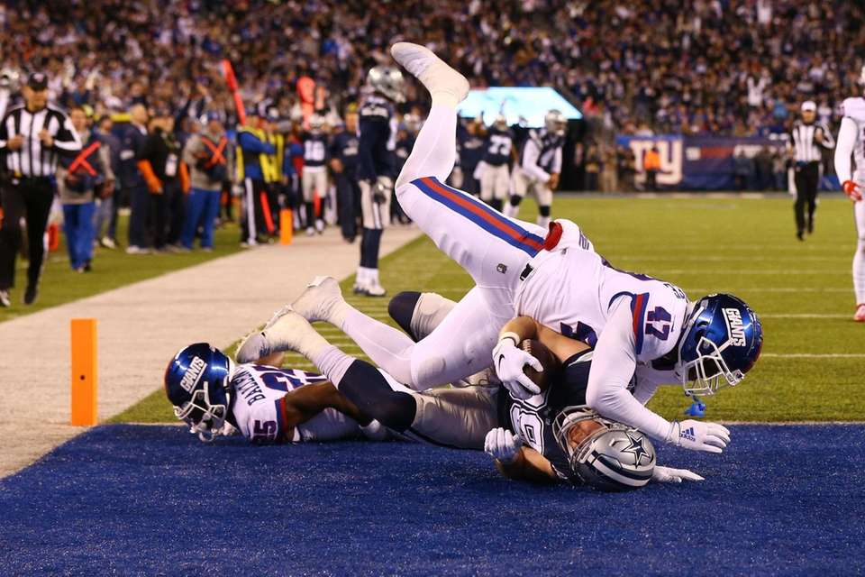 Blake Jarwin #89 of the Dallas Cowboys catches