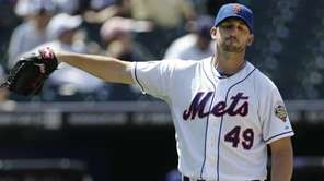 New York Mets starting pitcher Jonathan Niese reacts