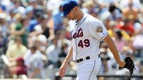 Jonathon Niese walks to the dugout after the