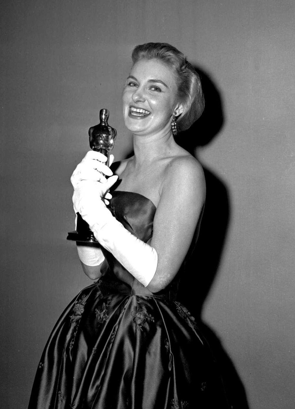 Actor Joanne Woodward, holding the Oscar statuette she