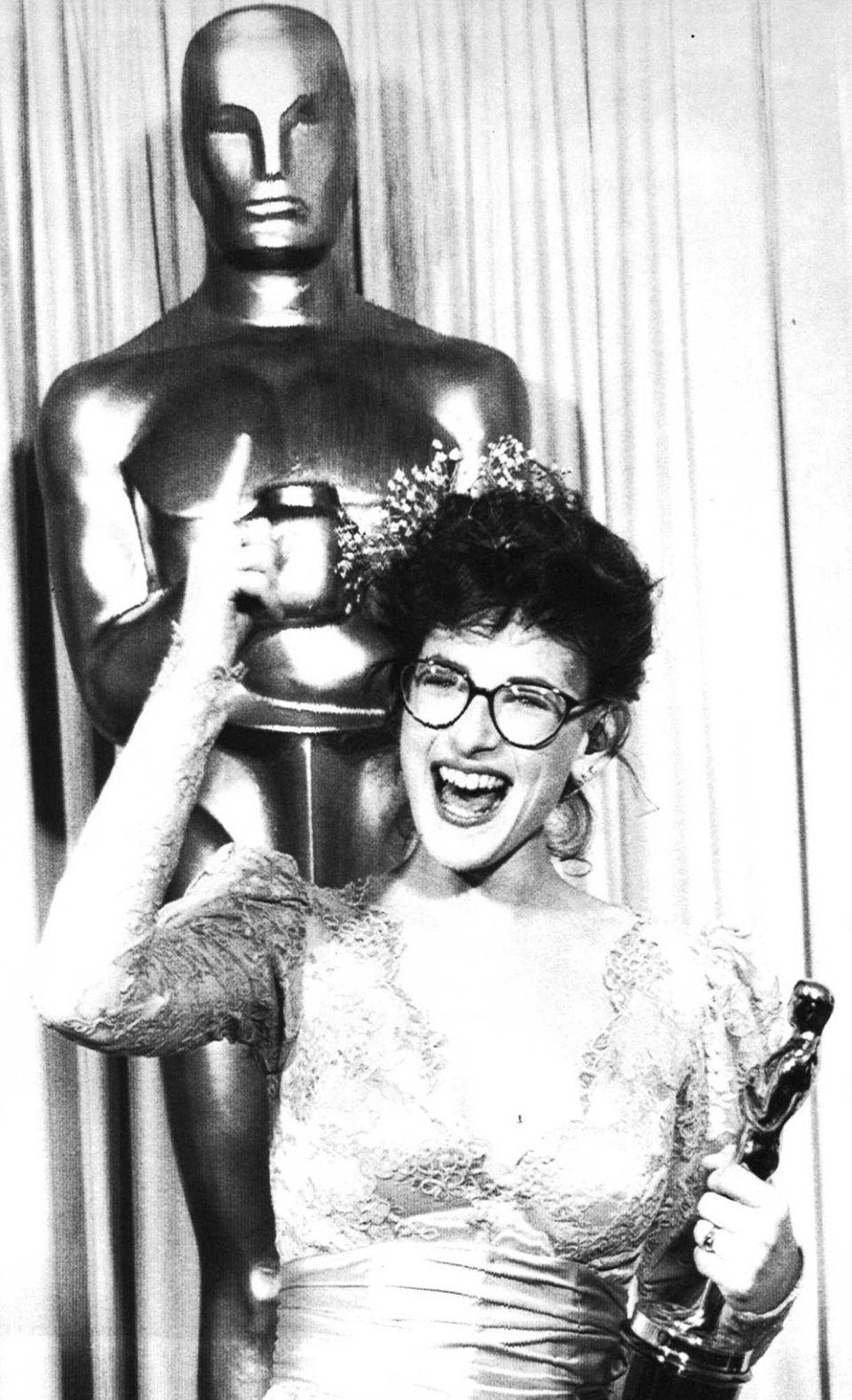 Actor Marlee Matlin, holding the Oscar statuette she