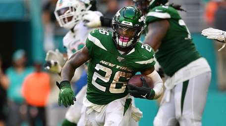 Le'Veon Bell #26 of the Jets runs with