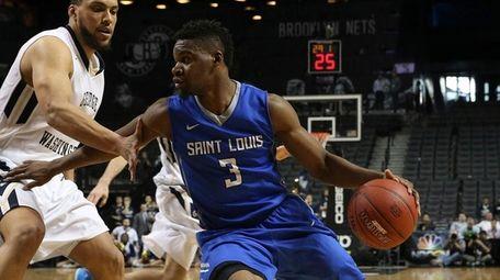 Saint Louis guard Ash Yacoubou (3) drives to