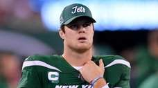 Jets quarterback Sam Darnold (14) walks the sideline