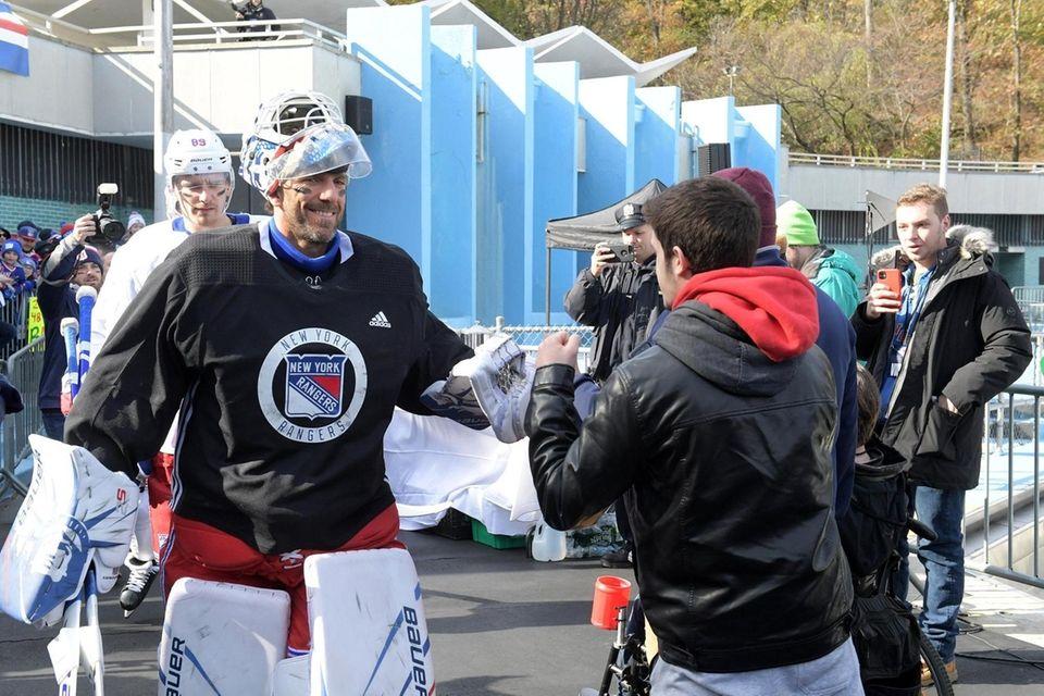 Henrik Lundqvist, goaltenter for the NY Rangers greeting