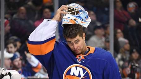 Islanders goaltender Thomas Greiss places his mask during